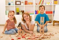 Le jeu avec la maman est amusement image libre de droits