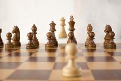 Le jeu d'échecs en bois, le gage blanc veut être la reine blanche Photos stock