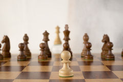 Le jeu d'échecs en bois, le gage blanc veut être la reine blanche Image libre de droits
