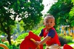 Le jeu d'enfants avec l'autonomie joyeuse vont rond photographie stock