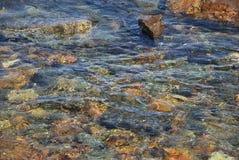 Le jeu de la lumière du soleil en eau de mer Photographie stock