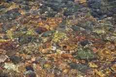 Le jeu de la lumière du soleil en eau de mer Image stock