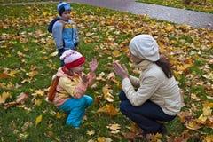 Le jeu de mère et de descendant tapotement-un-durcissent Photographie stock libre de droits