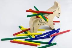 Le jeu des enfants pour charger un âne image stock