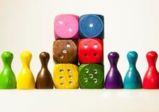 le jeu en bois découpe avec des nombres et des gages dans six couleurs Photos libres de droits