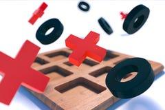 Le jeu en bois d'orteil de tac de tic sur le blanc a brouillé le fond Croix-Rouge Images libres de droits