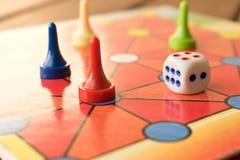 Le jeu multicolore ébrèche avec des matrices sur le conseil jouant Jeu de société photo stock
