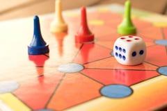 Le jeu multicolore ébrèche avec des matrices sur le conseil jouant Panneau g photos libres de droits
