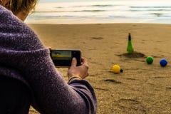 Le jeu sur la plage photo stock