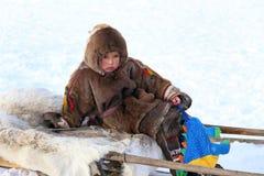 Le jeune éleveur de renne s'assied sur le traîneau Photos libres de droits