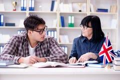 Le jeune étudiant étranger pendant la leçon d'anglais photos stock