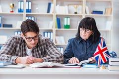 Le jeune étudiant étranger pendant la leçon d'anglais image libre de droits