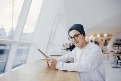 Le jeune étudiant de sourire a la coupure de temps photos libres de droits