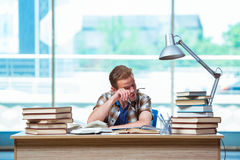 Le jeune étudiant masculin se préparant aux examens de lycée image stock