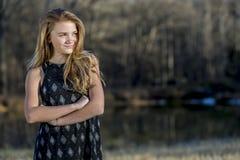 Le jeune adolescent blond apprécie un bel extérieur de jour photo stock