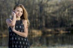 Le jeune adolescent blond apprécie un bel extérieur de jour images stock