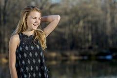 Le jeune adolescent blond apprécie un bel extérieur de jour image libre de droits