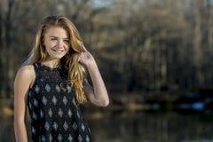 Le jeune adolescent blond apprécie un bel extérieur de jour image stock