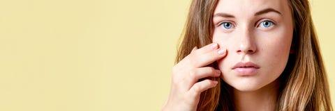 Le jeune adolescent roux avec l'individu publie le regard dans le miroir Fille avec le bas amour-propre vérifiant sa peau photographie stock
