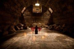 Le jeune adulte prient à un dieu photographie stock libre de droits
