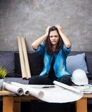Le jeune architecte féminin travaillant sur le projet, avec émotion sérieuse photos libres de droits