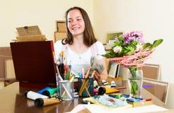 Le jeune artiste peint un tableau photographie stock libre de droits