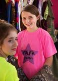 Le jeune assistant aide l'actrice d'enfant photographie stock