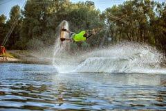 Le jeune athlète est un wakeboarder Photos libres de droits