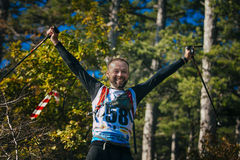 Le jeune athlète masculin est heureux dans des mains des poteaux de marche de nordic Photos libres de droits