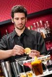 Le jeune barman effectuent le cocktail préparer des boissons photographie stock libre de droits