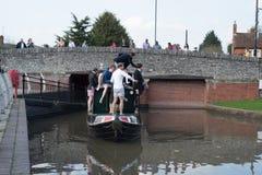 Le jeune bateau de canal de location de partie de mâle émergent par le tunnel Images stock