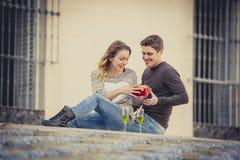 Le jeune beau couple dans l'amour célébrant le jour de valentines présente et pain grillé Photographie stock
