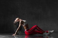 Le jeune beau danseur féminin pose dans le studio Photo libre de droits