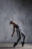 Le jeune beau danseur pose dans le studio images libres de droits