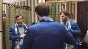 Le jeune, beau et réussi homme d'affaires essayant sur un costume élégant fait sur commande aux tailleurs font des emplettes Cout banque de vidéos