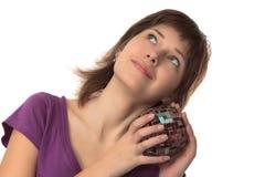 Le jeune beau femme retient un vase Image stock