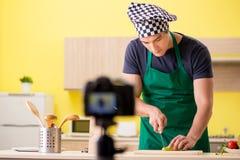 Le jeune blogger de chef expliquant la préparation alimentaire images libres de droits