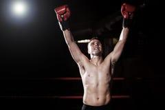 Le jeune boxeur a juste gagné un combat Image stock