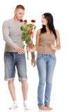 Le jeune cadeau attrayant de couples s'est levé à disposition d'isolement Image libre de droits