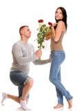 Le jeune cadeau attrayant de couples s'est levé à disposition d'isolement Photographie stock libre de droits