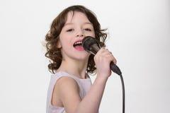 Le jeune chanteur exécute une chanson photographie stock