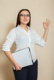 Le jeune comptable féminin chausse le signe CORRECT Photos stock