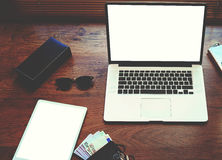 Le jeune concepteur de bureau élégant sur la table est ordinateur portable ouvert, argent liquide, verres à la mode Photo stock