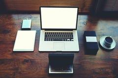 Le jeune concepteur de bureau élégant sur la table est ordinateur portable ouvert, argent liquide, verres à la mode Images stock
