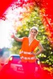 Le jeune conducteur femelle après sa voiture a décomposé Image libre de droits