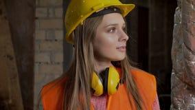 Le jeune constructeur intéressé de fille marche par des salles et regarde autour, établissant la conception clips vidéos