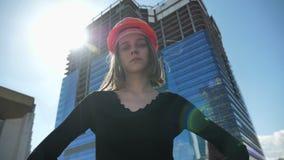 Le jeune constructeur sûr de fille avec le hemlet se tient avec des mains sur des hanches pendant la journée en été, tête de rota clips vidéos