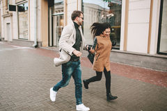 Le jeune couple à la mode marche les rues de ville en hiver Image stock