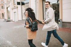 Le jeune couple à la mode marche les rues de ville en hiver Image libre de droits