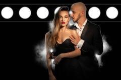 Le jeune couple élégant chaud dans l'amour porte des costumes d'un dos et I de pose Photos stock